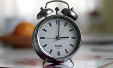 Naktī uz svētdienu pulksteņa rādītāji jāpagriež vienu stundu uz priekšu