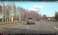 Policijas video: Jauniete ar 'Land Rover' joņo pa Jūrmalas šoseju