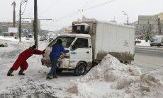 Video: Maskavā cīnās ar sniega kupenām