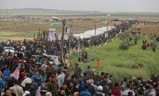 Foto: Tūkstošiem palestīniešu protestē Izraēlas pierobežā