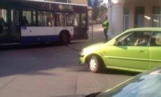 Video: Lasītājs atklāj iemeslu sastrēgumiem Cēsu ielā