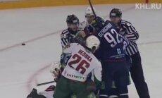 Video: Par rezervistu soliņa pamešanu kautiņa laikā 'Ak Bars' hokejists saņem diskvalifikāciju