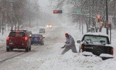 ASV plosās sezonā pirmā spēcīgā sniega vētra