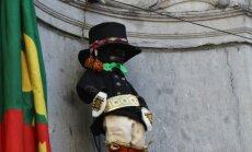 Foto: Briseles 'čurājošo puisēnu' ieģērbj tautas tērpā no Piebalgas