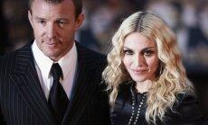 Madonnas pusaugu dēls publiski noķengā mammu