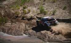 Peteransels piedzīvo nepatīkamu sadursmi ar motosportistu, bet atgūst līderpozīciju Dakaras rallijā