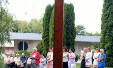 Foto: Rīgā pagodina svētā Jāņa Pāvila II jauniešiem doto krustu