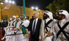 Video: Tramps pirmajā ārvalstu komandējumā Saūda Arābijā laižas dejā ar zobenu