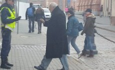 Video: Onkulis ar nazi pie Saeimas nobiedē policistu