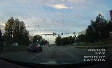 Video: Gājējs Rīgā droši šķērso ielu starp braucošiem auto