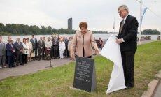 Foto: Atklāj Baltijas ceļa pieminekļa vietu