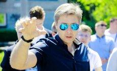 Ušakovs samaksājis sodu; domes 'Facebook' lapas svešvalodās uzturēs par savu naudu
