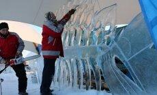 Foto: Kā top 'Brīnumzemes' ledus skulptūras Jelgavā