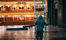 Fotostāsts: 12 stundas vienai dekorācijai – skatuvnieku darbs Nacionālajā teātrī