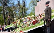 Foto: Politiķi, amatpersonas un armijas pārstāvji noliek ziedus pie Brīvības pieminekļa
