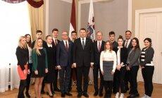 Foto: Jaunieši 'ēno' ministrus, radio diktorus un ārstus