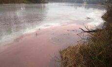 Ādažos upe kļūst rozā; inspektori lūdz iedzīvotāju palīdzību