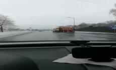 """ВИДЕО: Городские службы """"солят"""" дороги даже в проливной дождь?"""