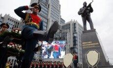 Foto: Maskavā atklāj 'kalašņikova' radītāja pieminekli
