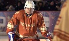 Foto: Kā Putins Sarkanajā laukumā spēlēja hokeju