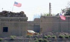 Foto: Kurdi, baidoties no Turcijas iebrukuma, Rožavā izkar ASV karogus
