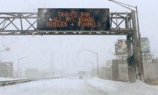 Sniega dēļ Ņujorkā un piepilsētās aizliedz auto un vilcienu satiksmi