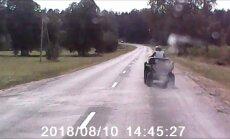 'Tā brauc laukos' – aculiecinieku šokē kvadraciklists uz ceļa