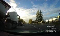 ВИДЕО: Жмется. Сигналит. Водитель грузовика пытается обогнать Volvo