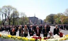 Foto: Pie Brīvības pieminekļa neatkarības atjaunošanas gadadienā gulst ziedi