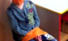 Saratovas bērnu centrā audzēkņus pie krēsla pielīmē ar līmlenti