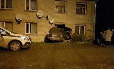 """ФОТО: Водитель джипа """"не заметил дом"""" и врезался в стену"""