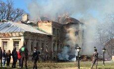 ФОТО, ВИДЕО: В поместье Вецгулбене загорелся замок