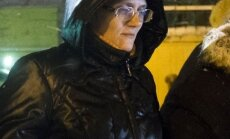 Krievija no apcietinājuma atbrīvo valsts nodevībā apsūdzēto septiņu bērnu māti