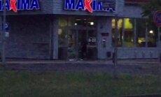 ВИДЕО: Агрессивный мужчина ломится в закрытый магазин Maxima