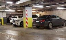 Foto: Trīs BMW noparkoti 'Stockmann' invalīdu stāvvietā