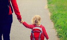 Bāriņtiesa pazemo vientuļo māmiņu; ministrija rīcību nosoda