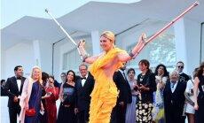 Kruķi un krūtsgals: Izraēlas sabiedrības dāmas šovs Venēcijā