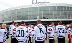 Latvijas fani Prāgā 'aplaužas' ar cerībām uz lētām biļetēm, vēsta laikraksts