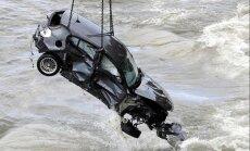 Foto: Igaunijā mīklainos apstākļos no Pakri stāvkrasta jūrā iekritis BMW
