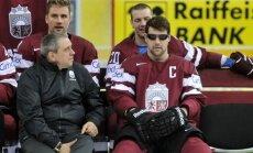 Foto: Latvijas hokejisti labā noskaņojumā fotografējas un aizvada vieglu treniņu