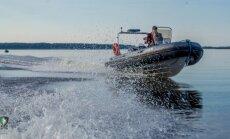 Glābēji palīdz diviem makšķerniekiem izkļūt no Babītes ezera