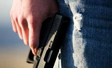 ASV apšaudē pie vidusskolas ievainoti četri jaunieši; šāvējs aizbēdzis