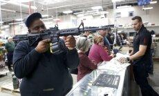 Foto: Iedzīvotāji 'Melnās piektdienas' iepirkšanās trakumā šturmē veikalus