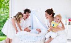 Pirmajā pusgadā par 2% pieaudzis jaundzimušo skaits; dabiskais pieaugums saglabājas negatīvs