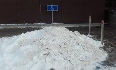 Foto: Jēkabpils 'Maxima' stāvlaukums grimst prāvā sniega kupenā