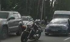 Video: Motociklists un autovadītājs izvicina dūres pie Dreiliņu apļa