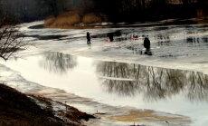 Foto: Uz šī 'ledus' pat pīles atgriezušās; makšķerniekiem tas nerūp