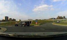 Video: Dažiem satiksmes noteikumi nav rakstīti