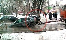 Video: Krievijā auto īpašniekam jau tā nelāga diena izvēršas par katastrofu