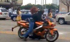 Šaušalīgs video: Motociklists lielā ātrumā no muguras notriec desmitgadīgu dejotāju